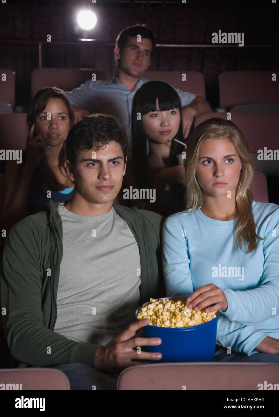 Paar, Lachen im Kino Stockbild