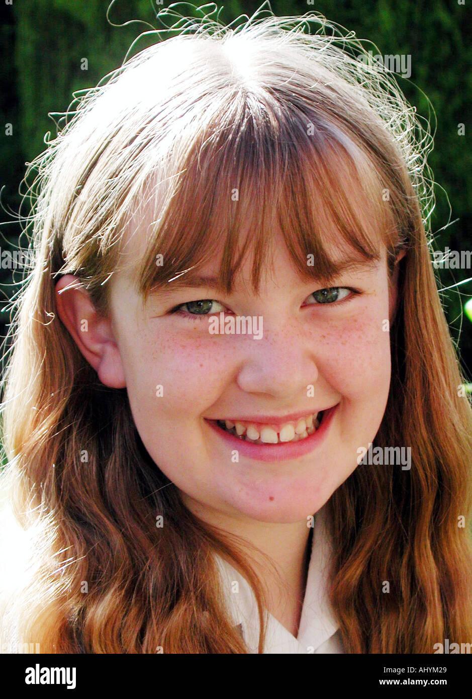 12 Jahre alt kaukasisch Mädchen schüchtern lächelnd Stockfoto, Bild ...