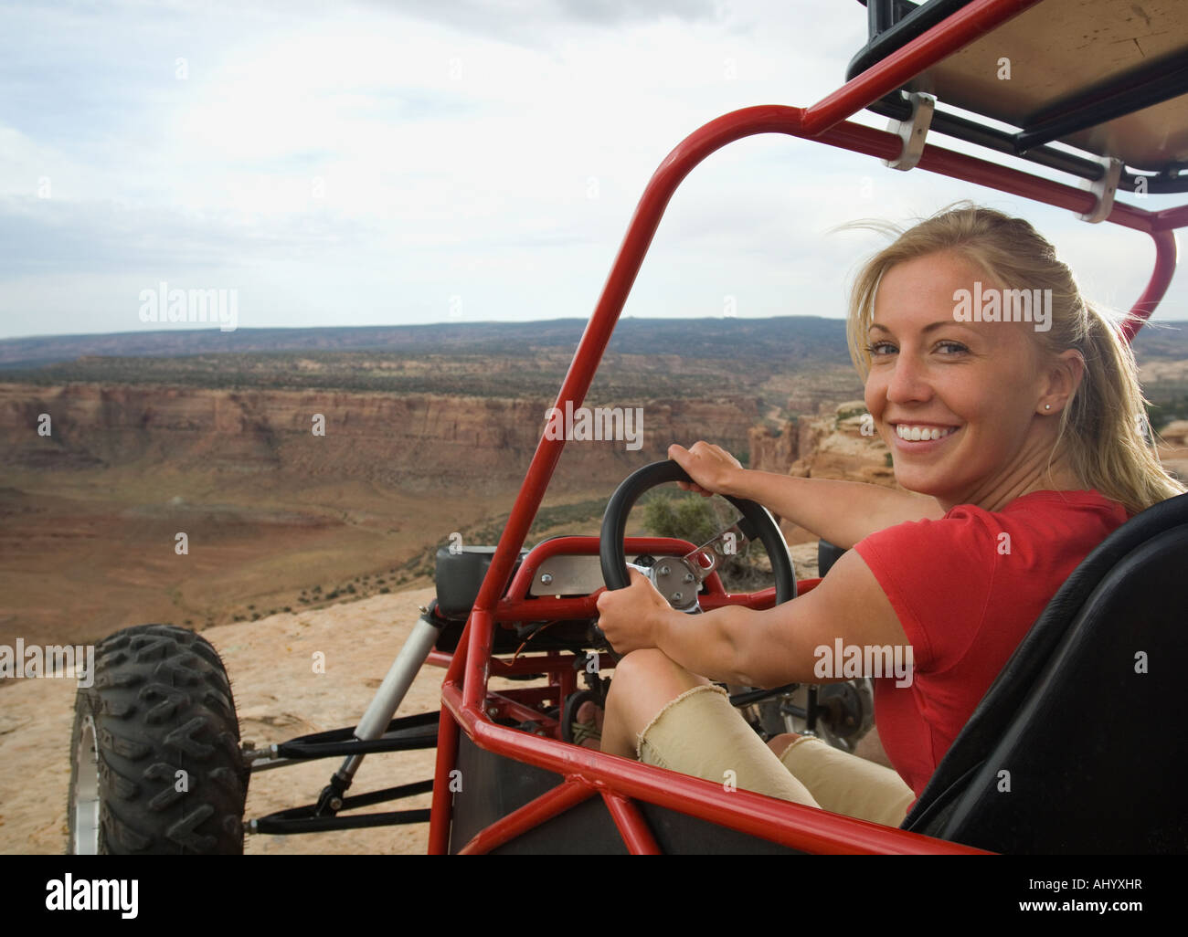 Frau in Geländewagen am Rand der Klippe Stockbild