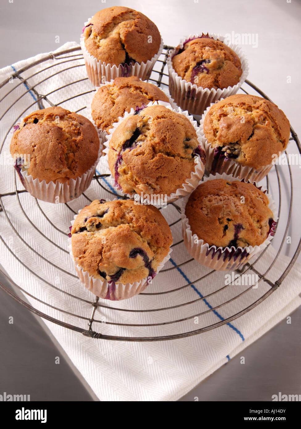 hausgemachte Muffins auf einem Draht Rack redaktionelle Essen ...
