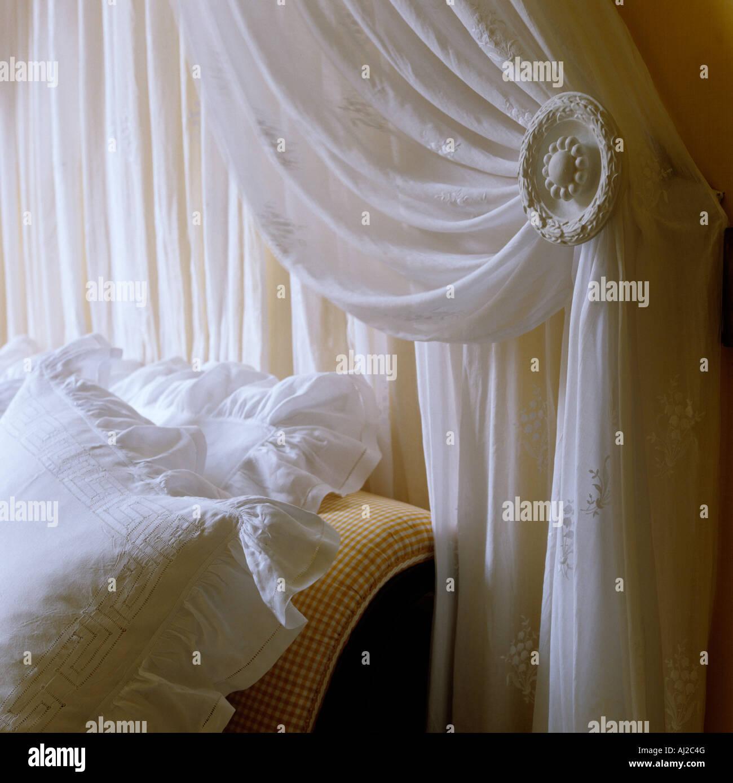 Nahaufnahme des Bett-Ecke mit Spitzevorhang und dekorierten Halter in historischen deutschen Herrenhaus Stockbild