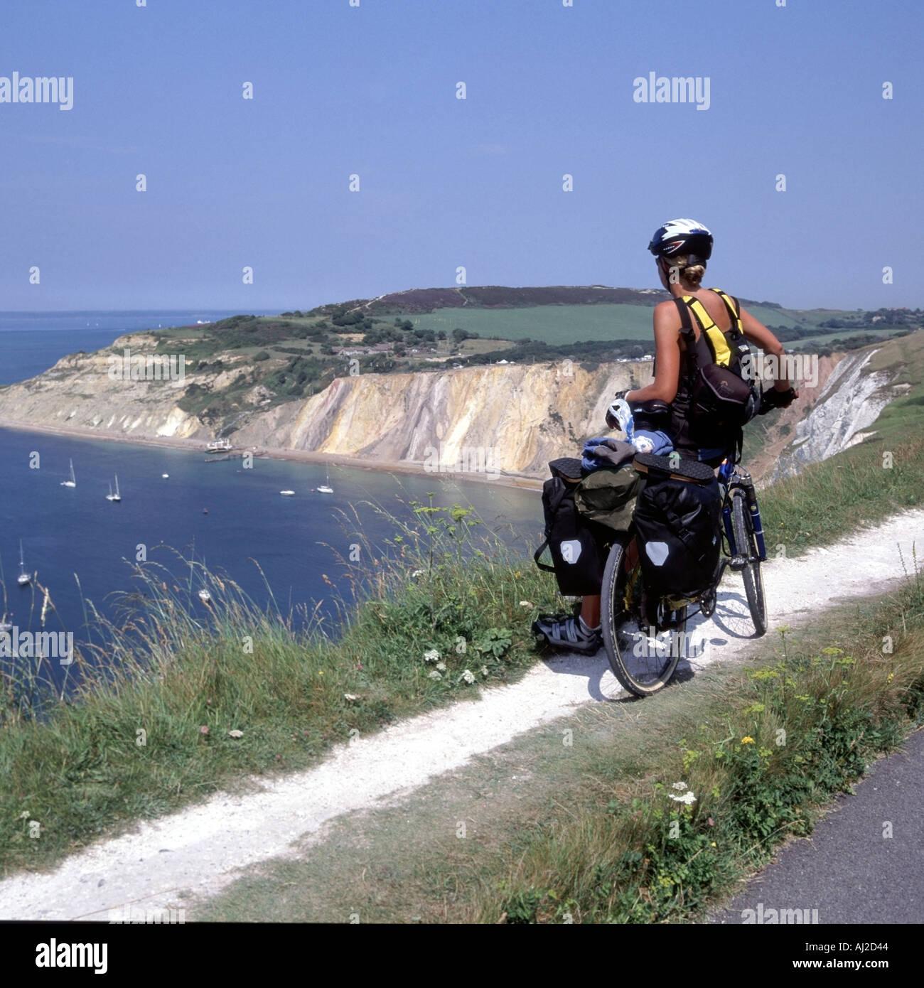 Modell freigegeben junge Frau Radfahrer Touren Isle Of Wight stoppt, um Aussicht auf Alaun-Bucht an einem heißen Stockfoto