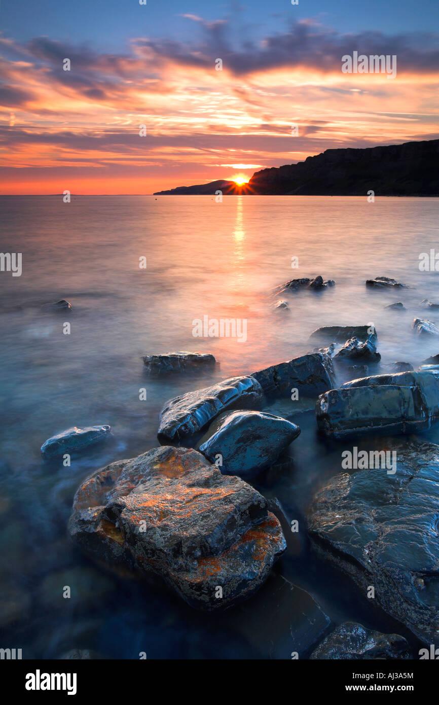 Die Sonne geht über Gad Cliff und Hobarrow Bay, Dorset Stockbild