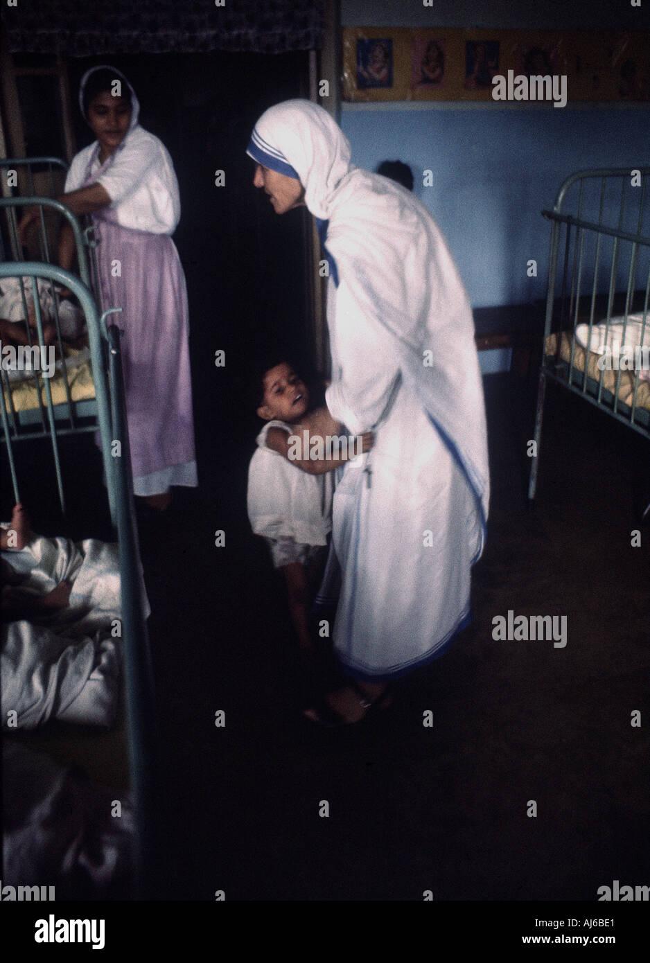 Mutter Teresa in ihrer Heimat ForAbandoned Kinder in Kalkutta Indien 1969 erhielt sie den Friedensnobelpreis im Jahr 1979 Stockbild