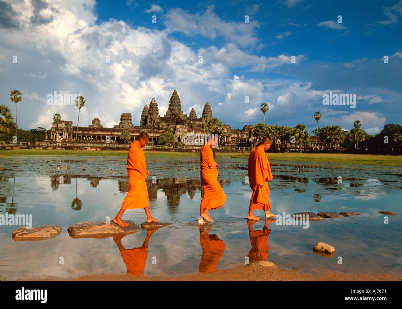 Mönche, vorbei an der Reflexion von Angkor Wat, Angkor, Kambodscha Stockbild