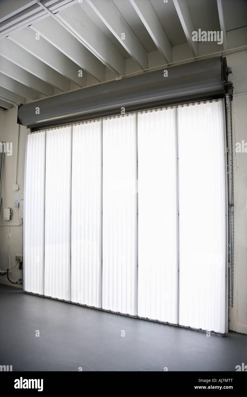 Innere des Lagergebäudes mit großem Fenster und vertikal-Jalousien Stockbild