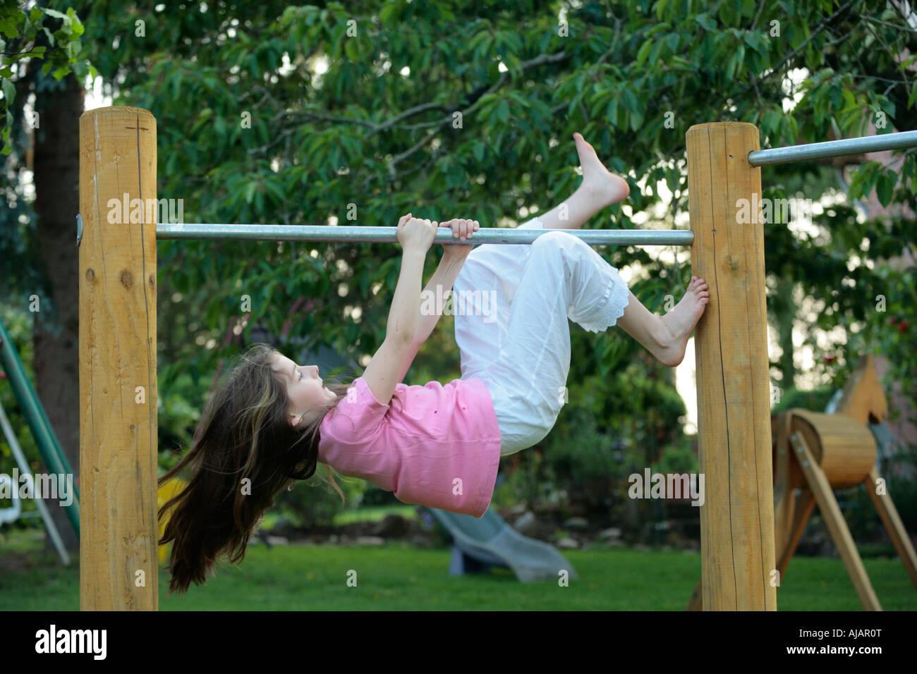 Klettergerüst Monkey Bar Gebraucht : Ein junges mädchen klettern klettergerüst stockfoto bild