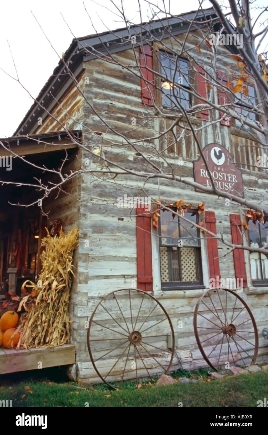 Ein Rustikales Fensterladen Gebaude Als Einem Verkaufsladen In Einem Malerischen Kleinen Shopping Dorf In Utah Usa Gesehen Im Herbst Dekor Verwendet Stockfotografie Alamy