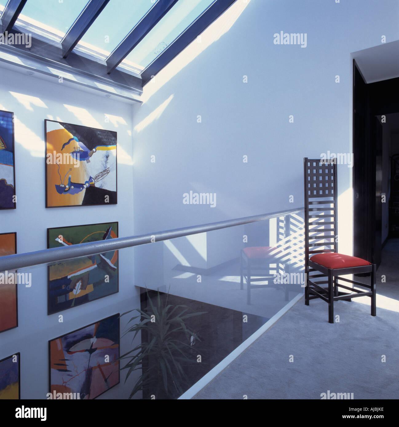 Charles Rennie Mackintosh Stil Stuhl Auf Modernes, Weißes Landung Mit Modernen  Bildern Und Bannister Glaswand