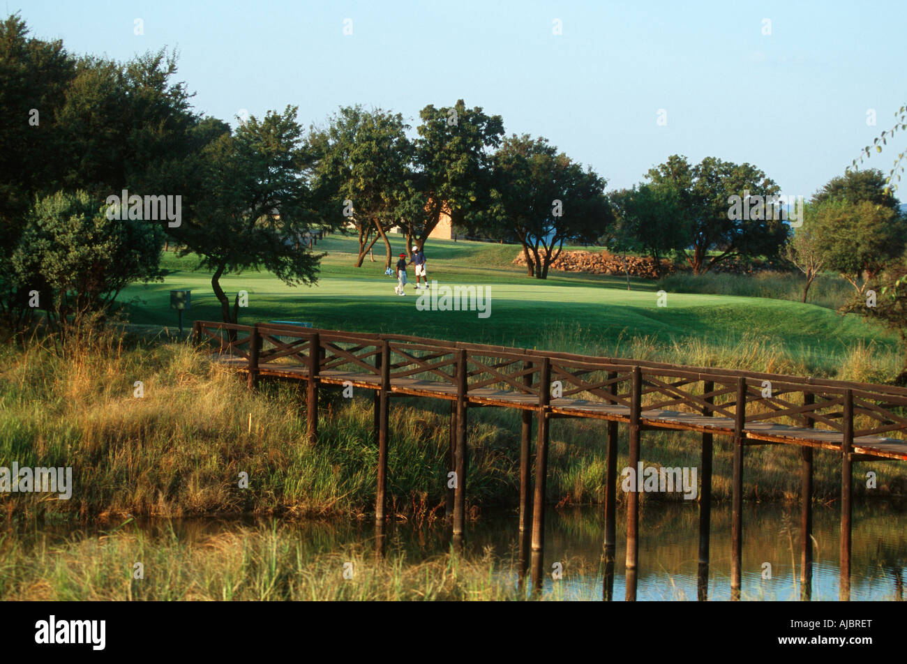 Long Shot von Vater und Sohn spielen Golf Stockbild