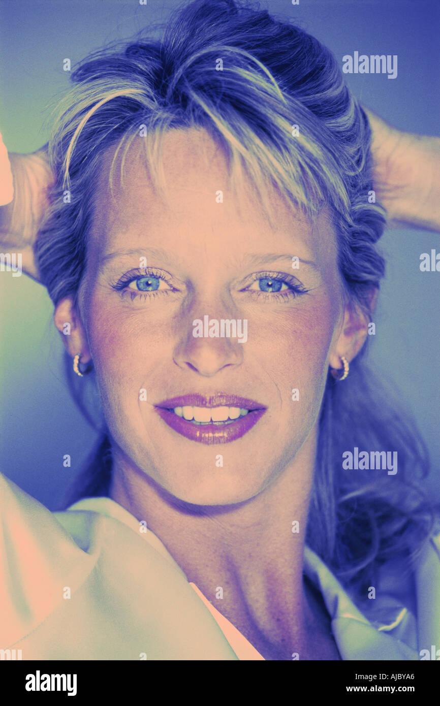 Blonde Frau in dreißiger Jahre mit schönen blauen Augen Stockbild