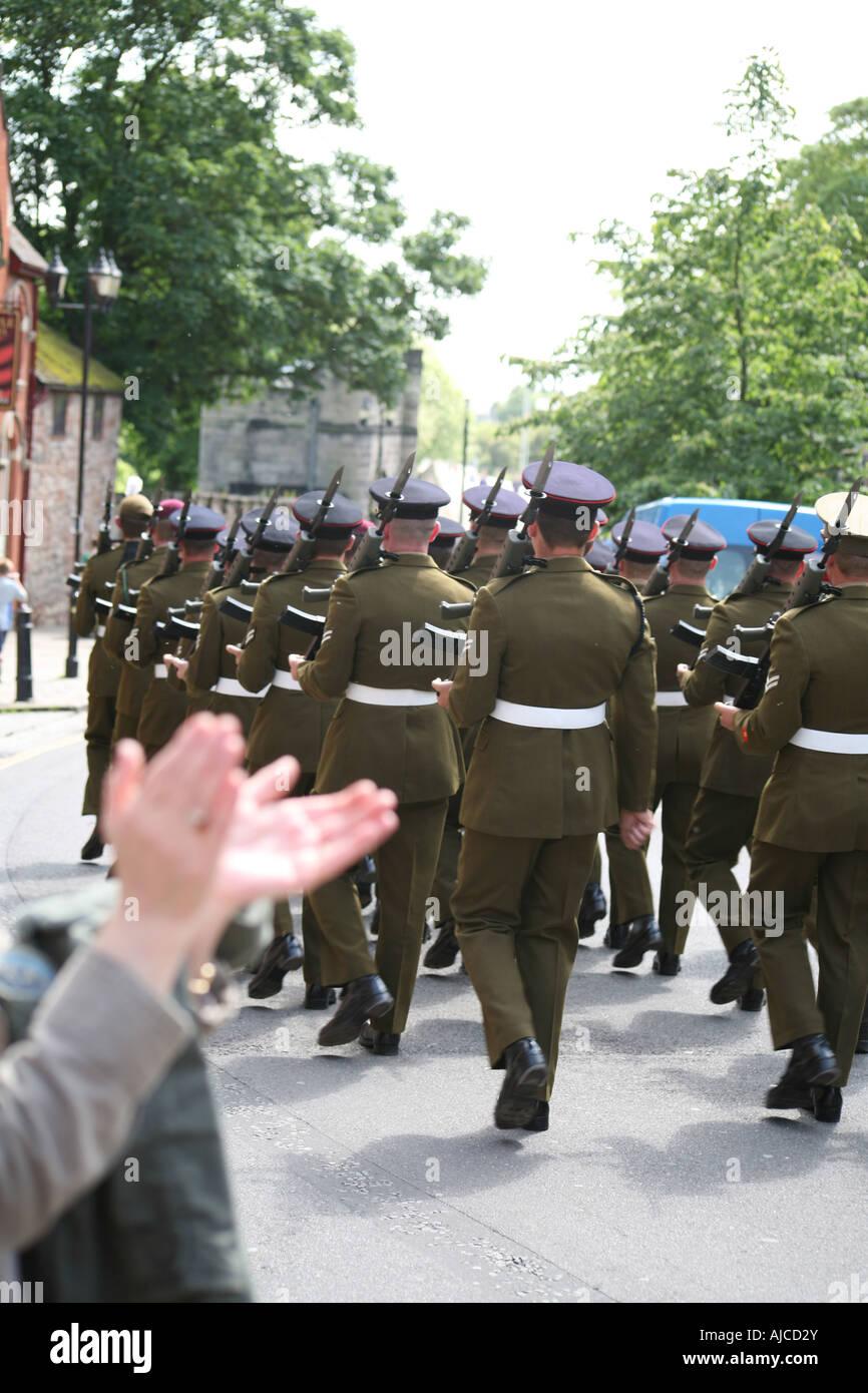 Soldaten marschieren in Parade wird applaudiert Stockbild