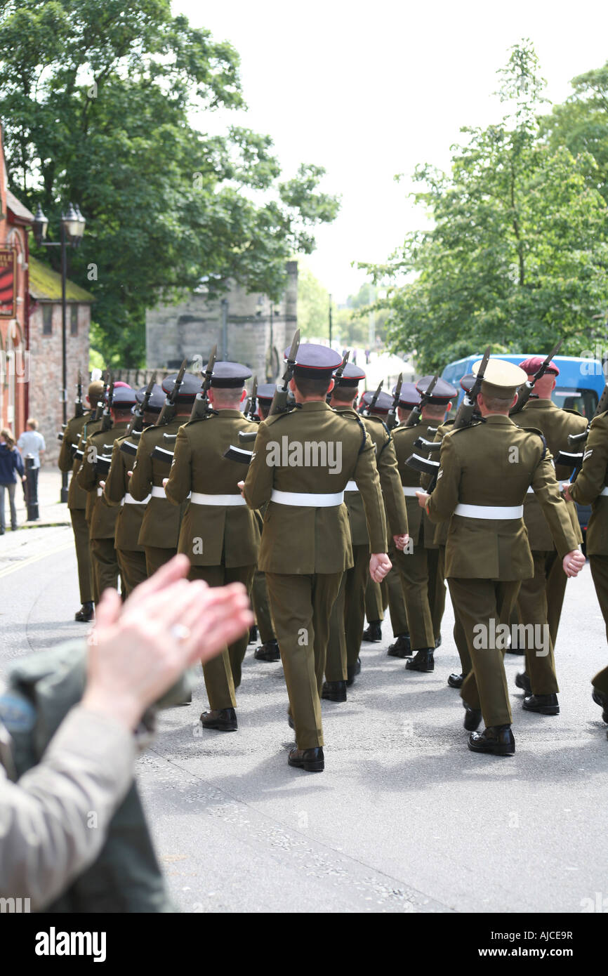 Soldaten marschieren in Parade wird applaudiert 006 Stockbild