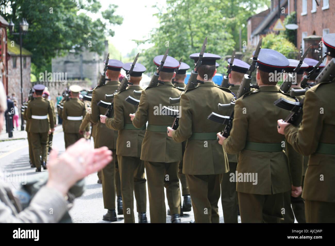 Soldaten marschieren in Parade wird applaudiert 002 Stockbild