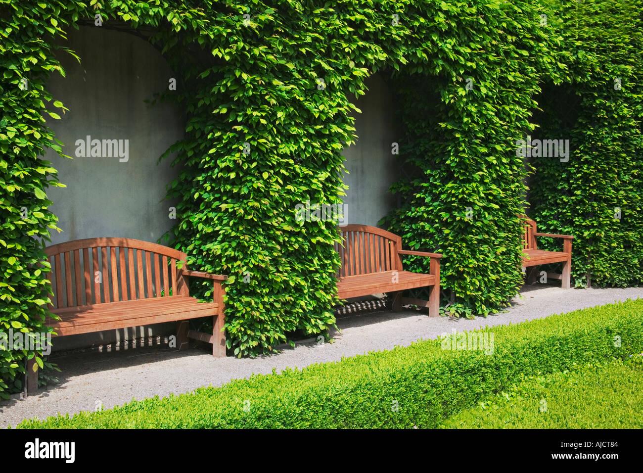 Holzbänke in der schönen Barockgarten im Vrtba Garten Old Palace ...