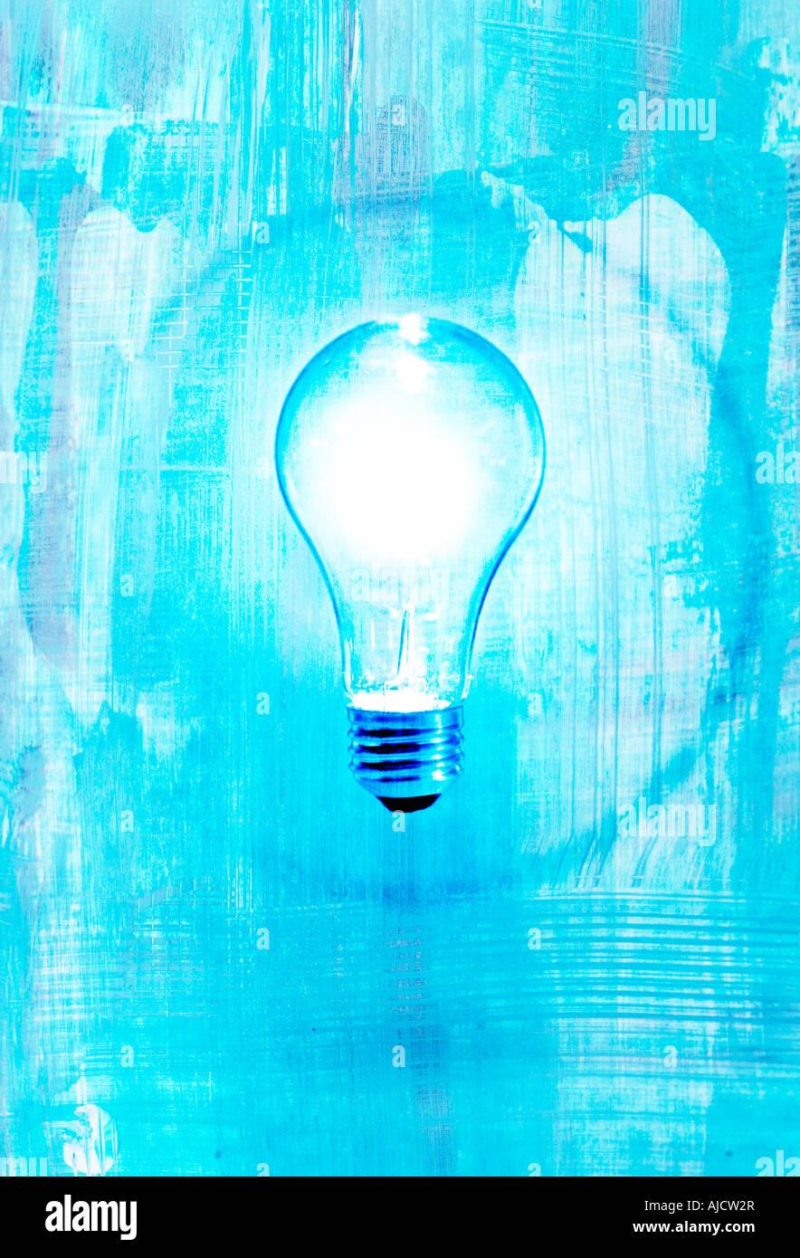 leuchtende Glühbirne mit blauem Hintergrund und Kreis zeigt Idee oder Einsicht Stockbild