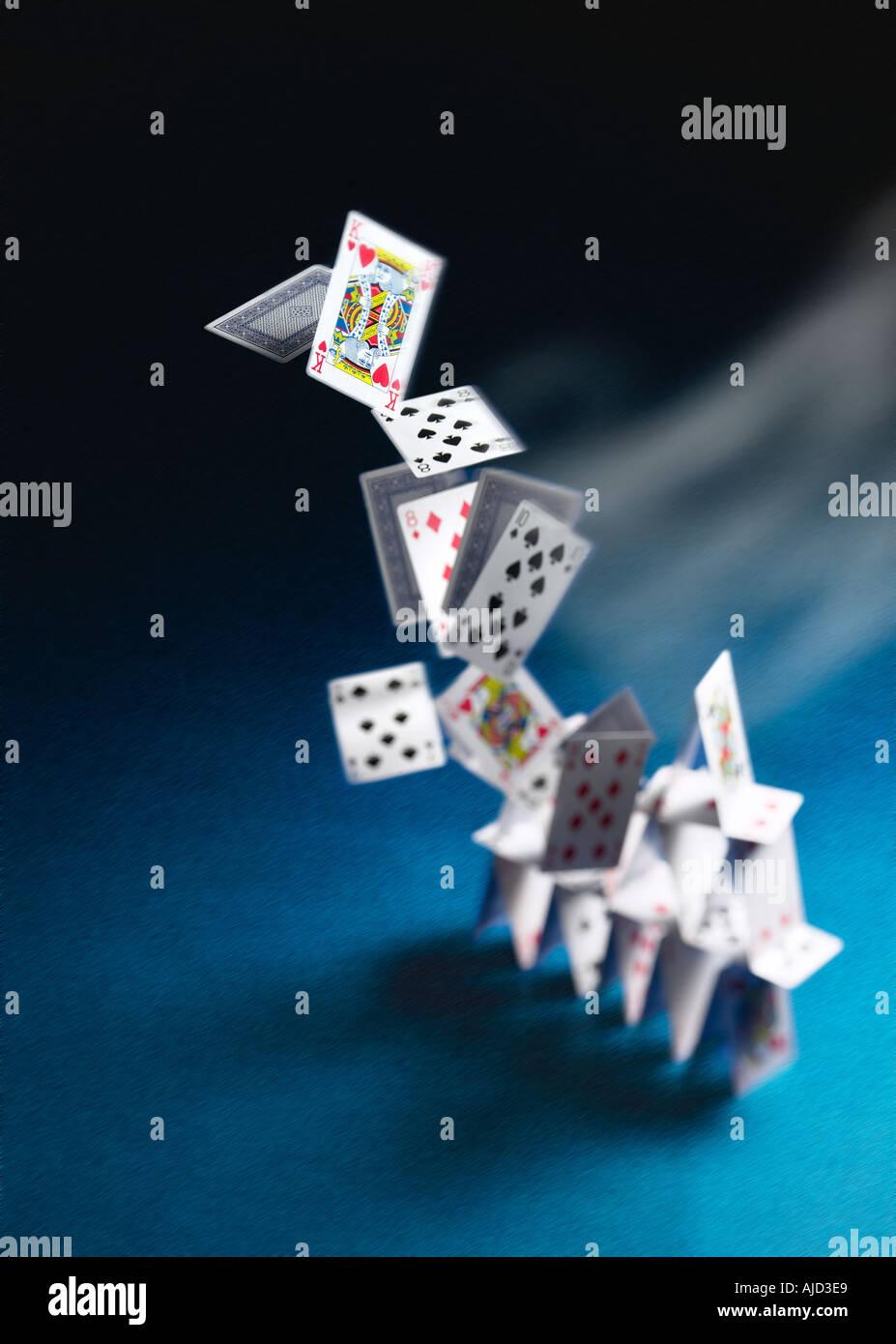 Turm der Spielkarten umgeweht Konzept Stockbild