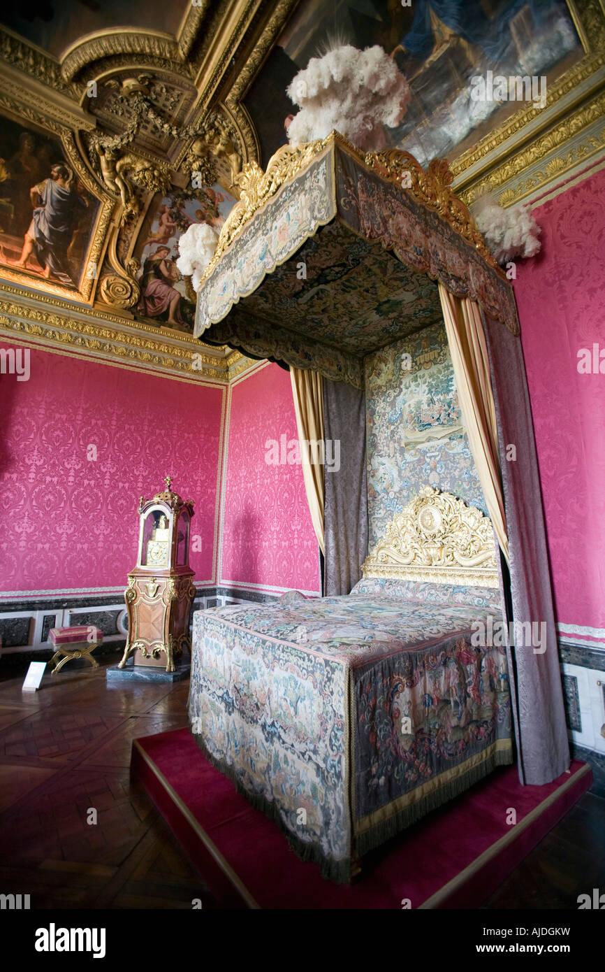 Baldachin-Bett im Schlafzimmer der Königin Marie Antoinette in ...