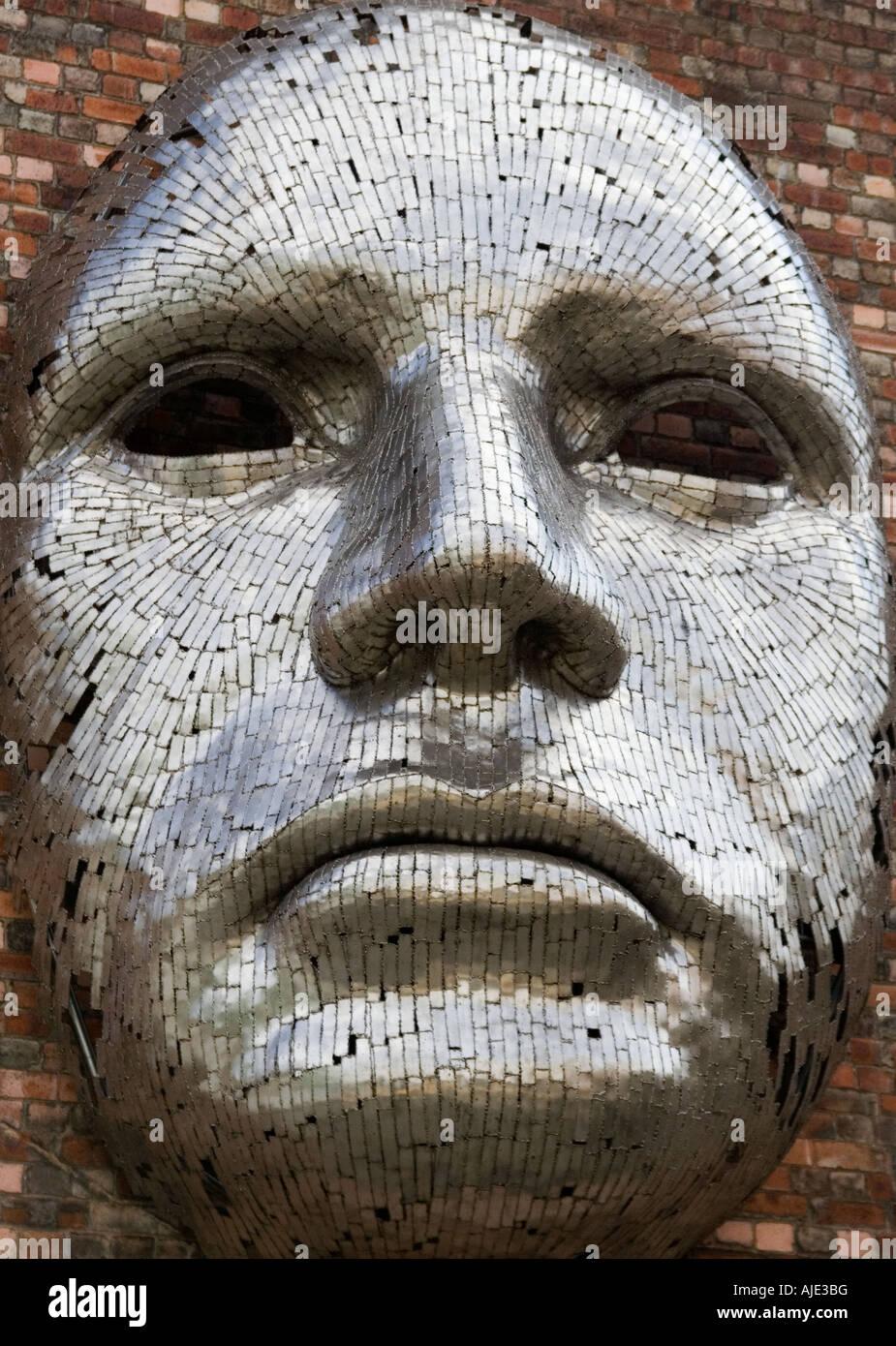 Metall Skulptur Auf Einer Wand Riesigen Gesicht Kunst Im Offentlichen Raum In Lincoln City Ausserhalb Des Veranstaltungsortes Bezeichnet Die Drill Halle Stockfotografie Alamy