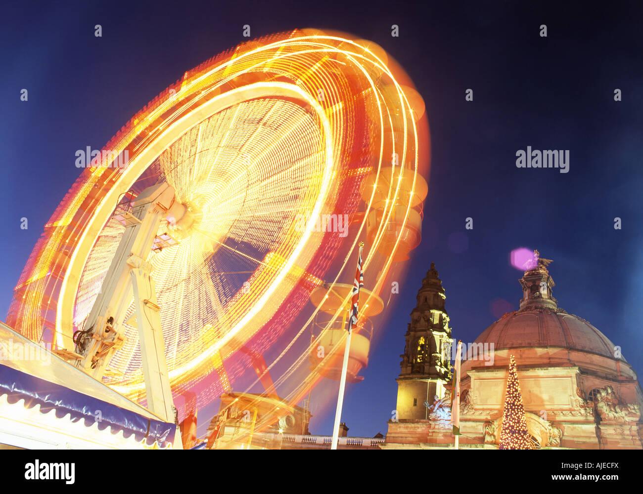 Cardiff City Hall und das Riesenrad in der Nacht im Winter Wonderland Cardiff Wales UK Stockbild