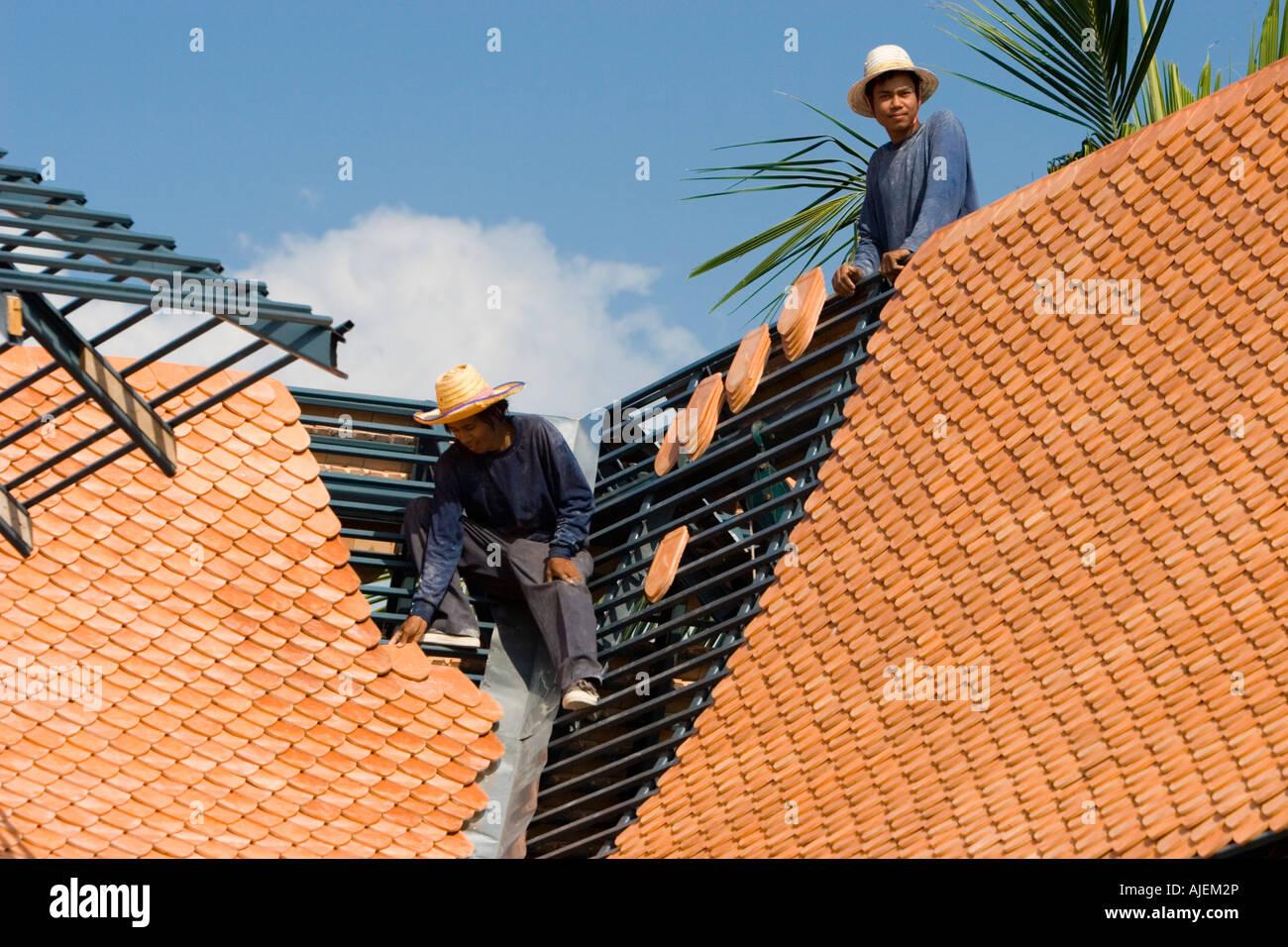 Dachdecker positionieren Sie Fliesen auf neue Dachrahmen nach ...
