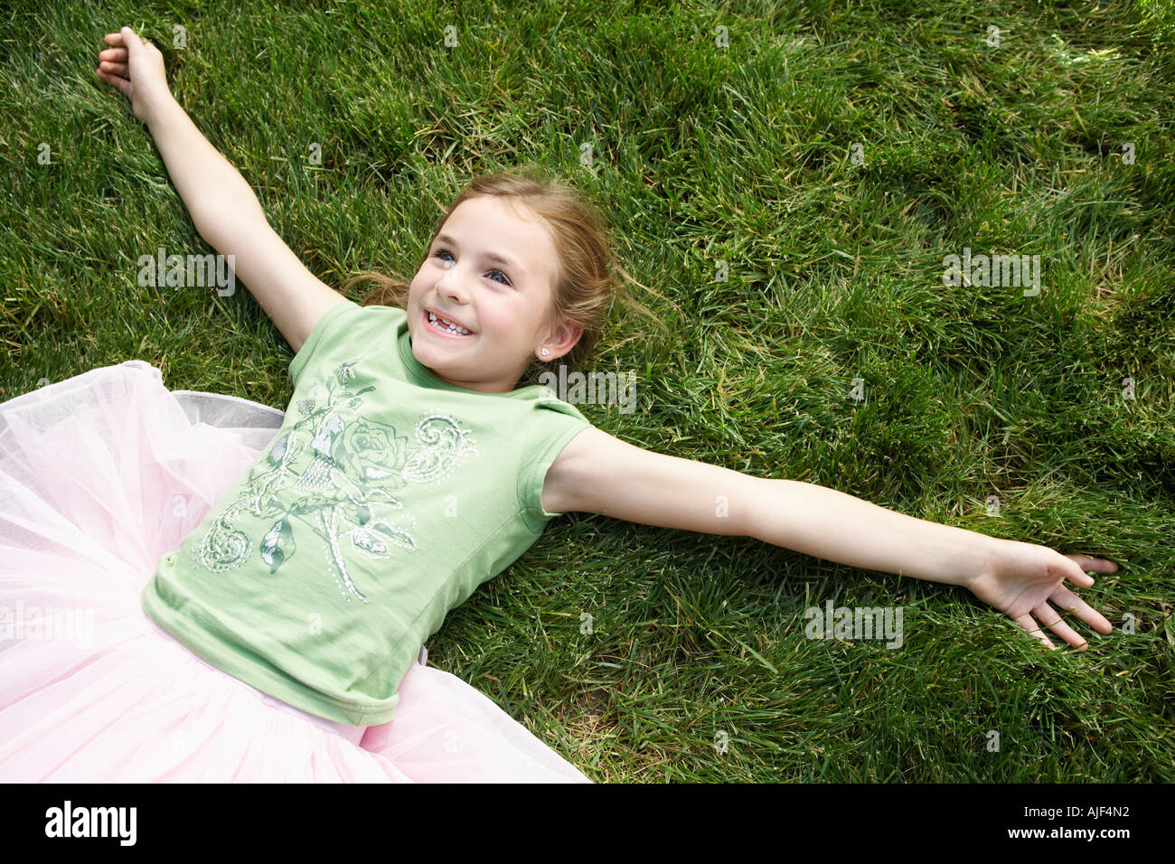 child lying down on the grass stockfotos child lying down on the grass bilder seite 3 alamy. Black Bedroom Furniture Sets. Home Design Ideas