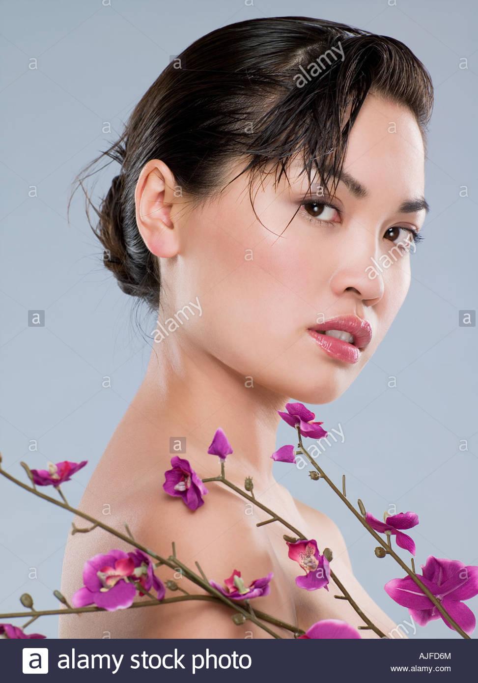 Chinesin mit lila Blüten Stockbild