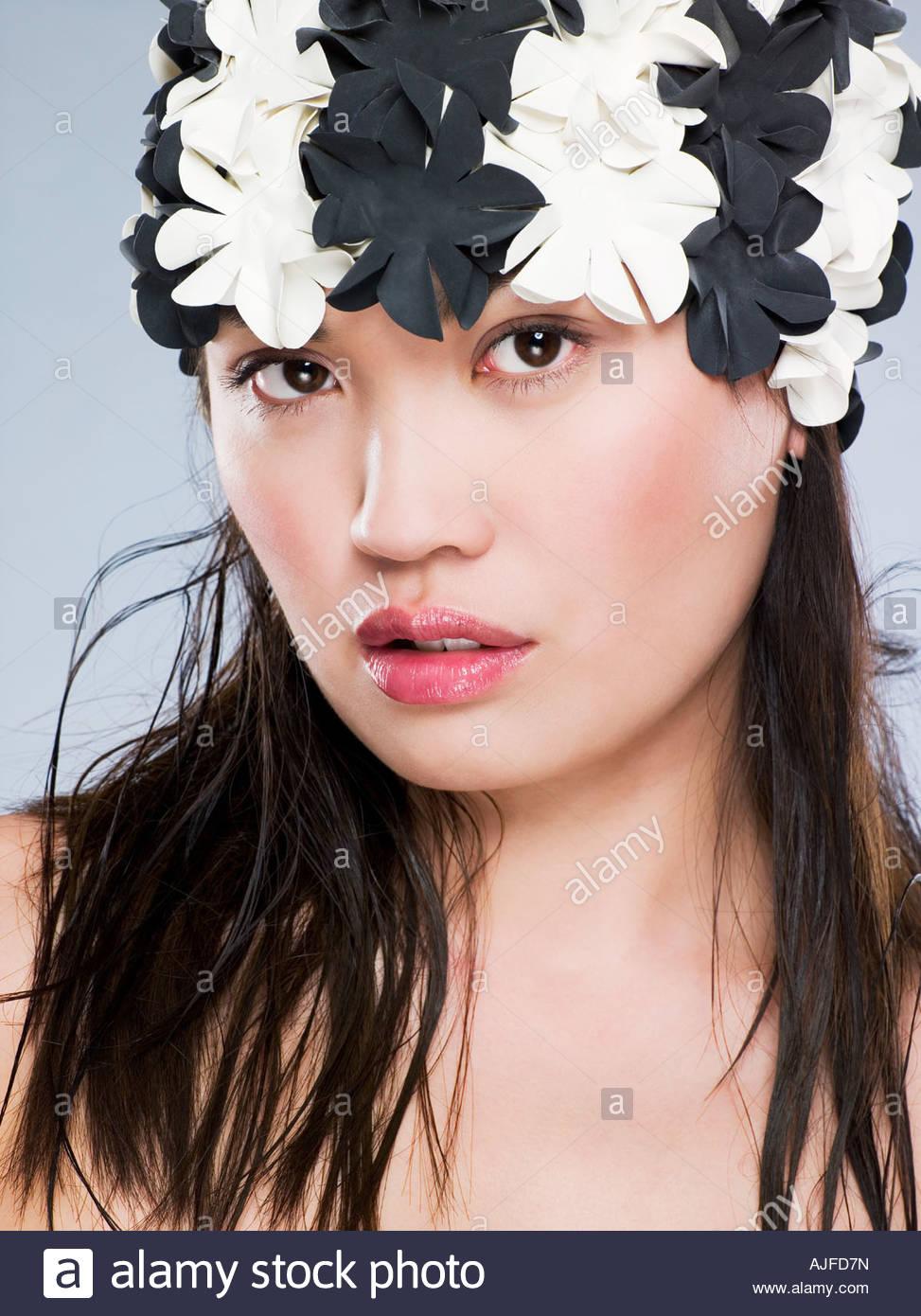 Chinesische Frau, die einen blumigen Hut Stockbild