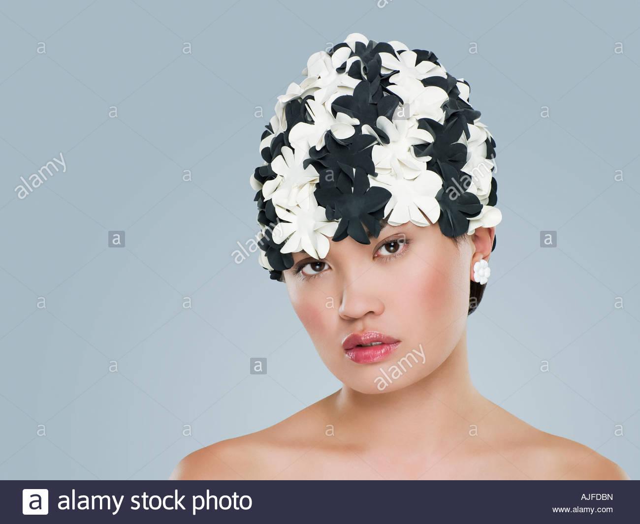 Frau mit Blumen Hut Stockbild