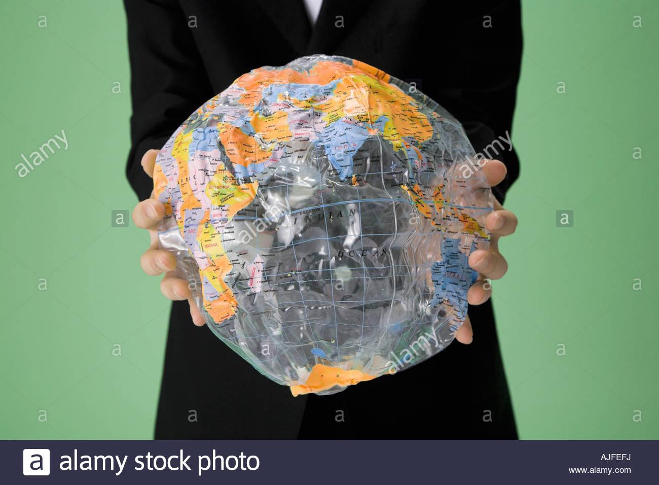 Person, die einen deflationierten globe Stockbild
