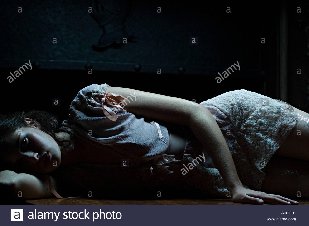 Frau liegend ist Schatten Stockbild