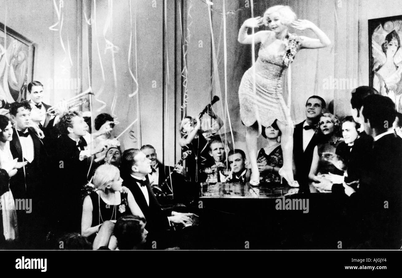 Tanzen auf das Piano, 1920er-Jahre-Film noch von einer ausgelassenen Party in Amerika Verbot, Flapper in den Vordergrund Stockbild