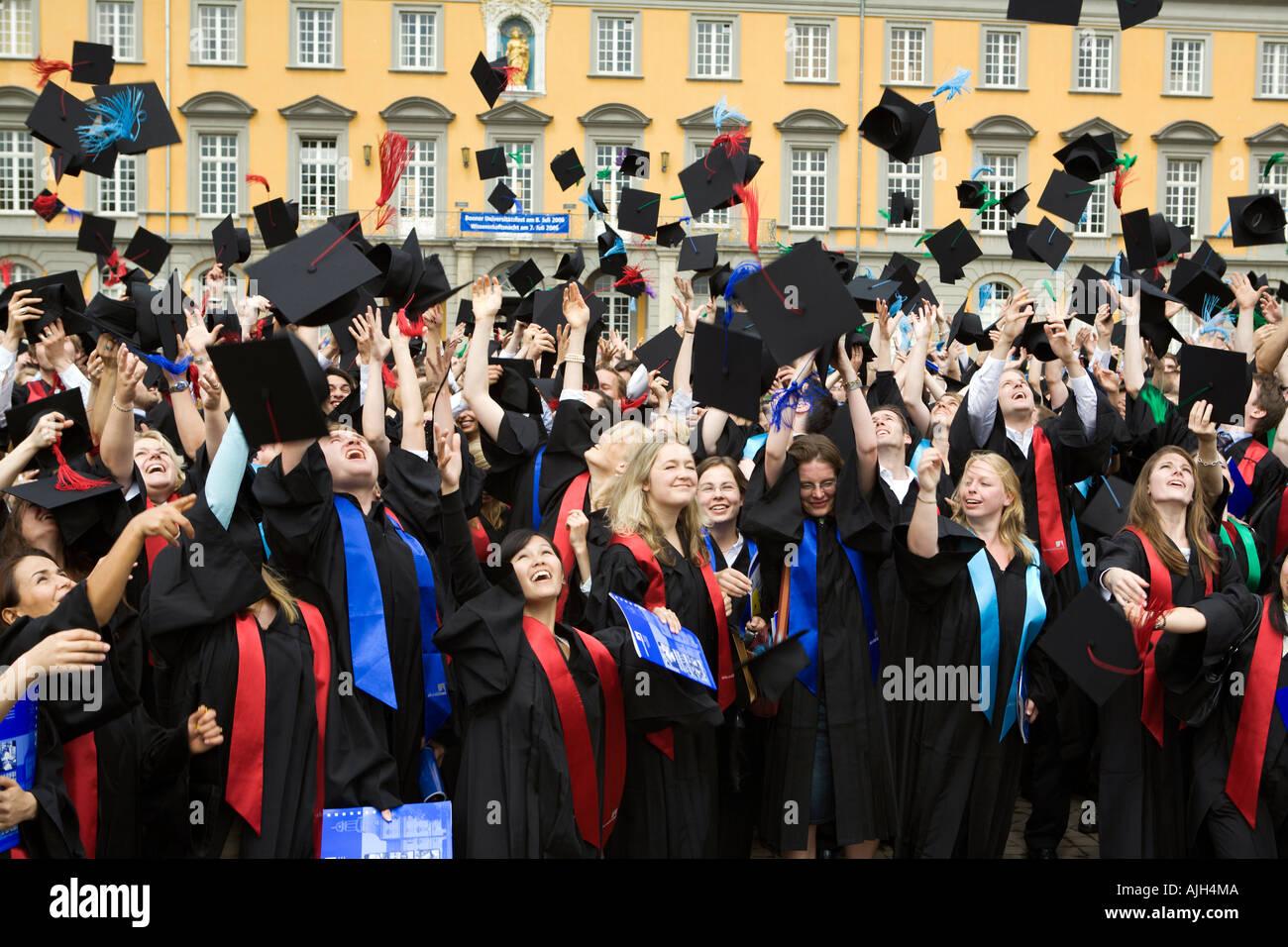 Throwing Bachelor Cap Stockfotos & Throwing Bachelor Cap Bilder - Alamy