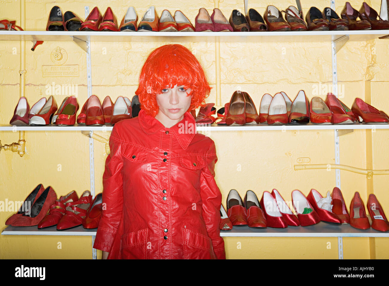 Frau trägt eine rote Perücke Stockbild