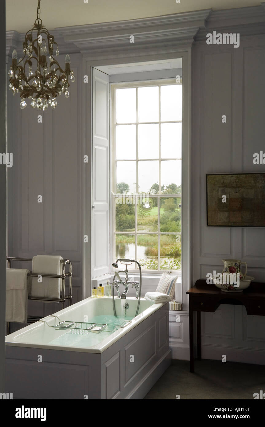 Badezimmer mit Holz getäfelten Wänden und Kronleuchter im irischen ...