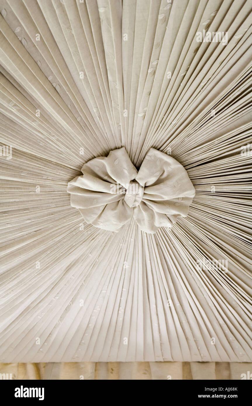 Plissierten Stoff mit Rosette Mittelpunkt Schlafzimmereinrichtungen Betthimmel Stockbild
