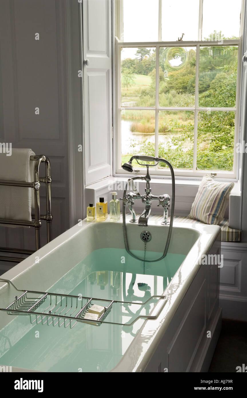 Gefüllten Badewanne mit Edwardian Bademischer Dusche im Badezimmer von irischen Schloss aus dem 18. Jahrhundert Stockbild