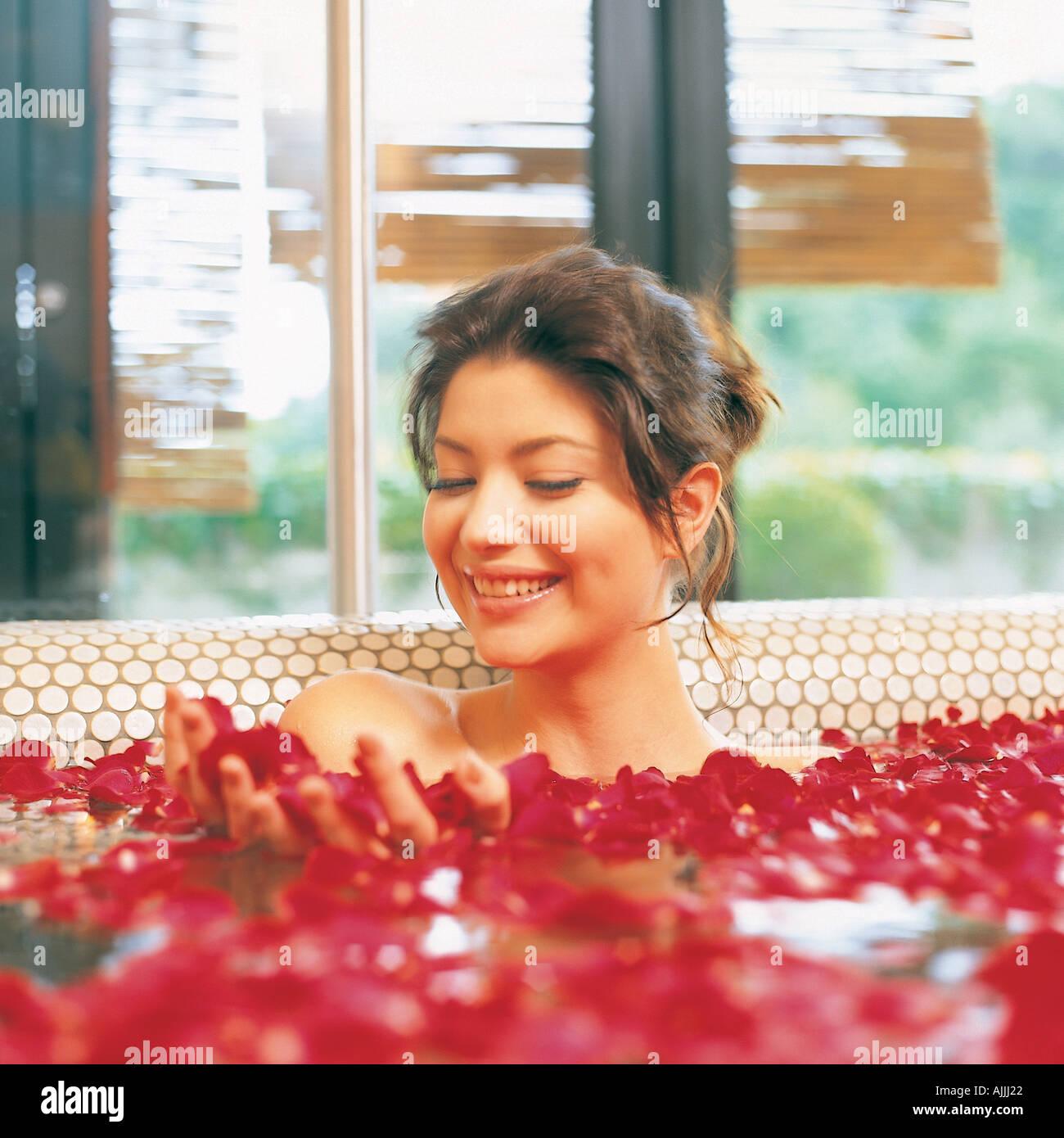 junge frau sitzt in einer badewanne mit rosenbl ten stockfoto bild 4815393 alamy. Black Bedroom Furniture Sets. Home Design Ideas