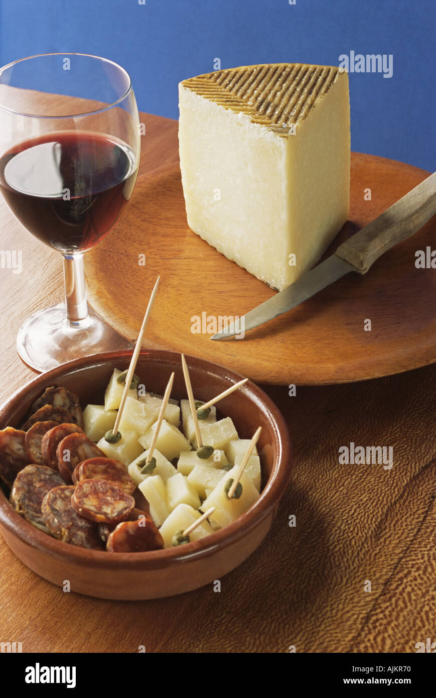 Käse, Chorizo und einem Glas Wein Stockbild