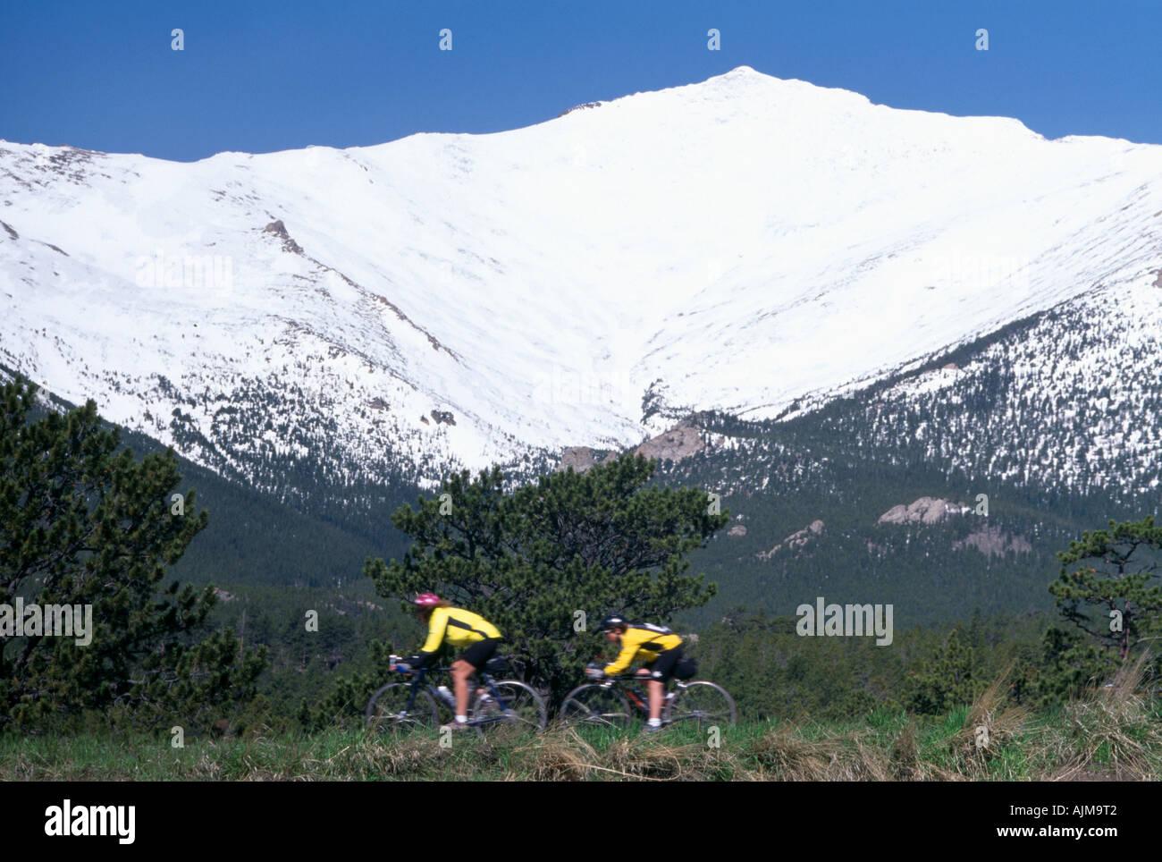 Ein paar Radfahren bei den Mut klassischen Radrennen unter Mt Meeker Rocky Mtns CO Stockbild
