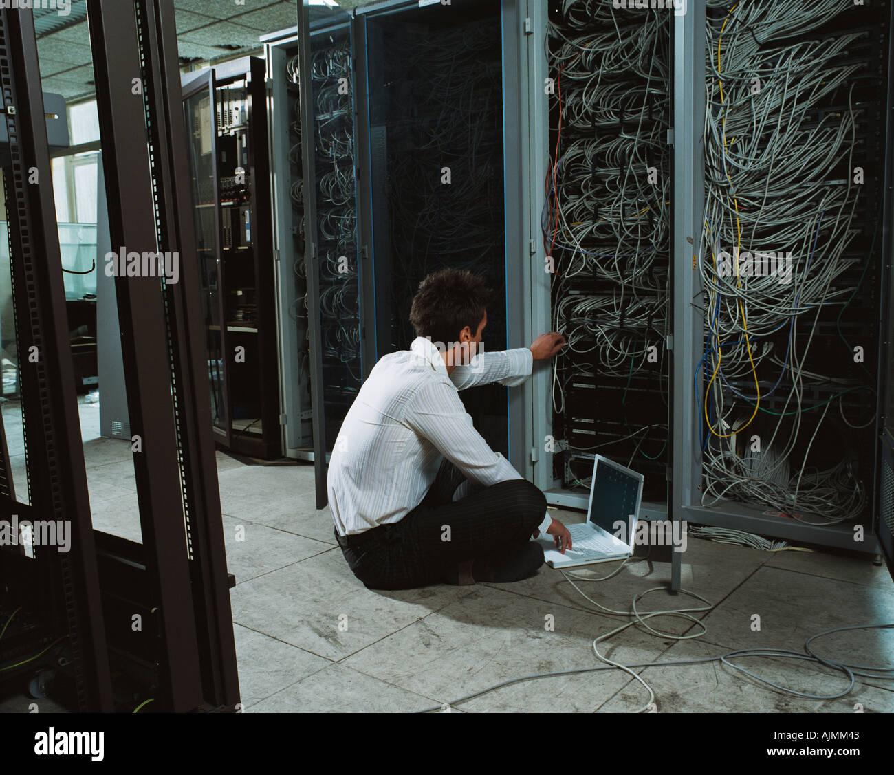 Mann, die Anpassung der elektrischer Leitungen Stockbild