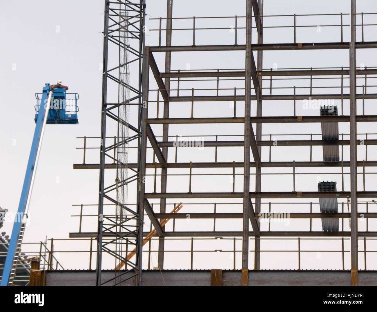 Ein Mann auf einer erhöhten Plattform arbeitet beim Bau der ...