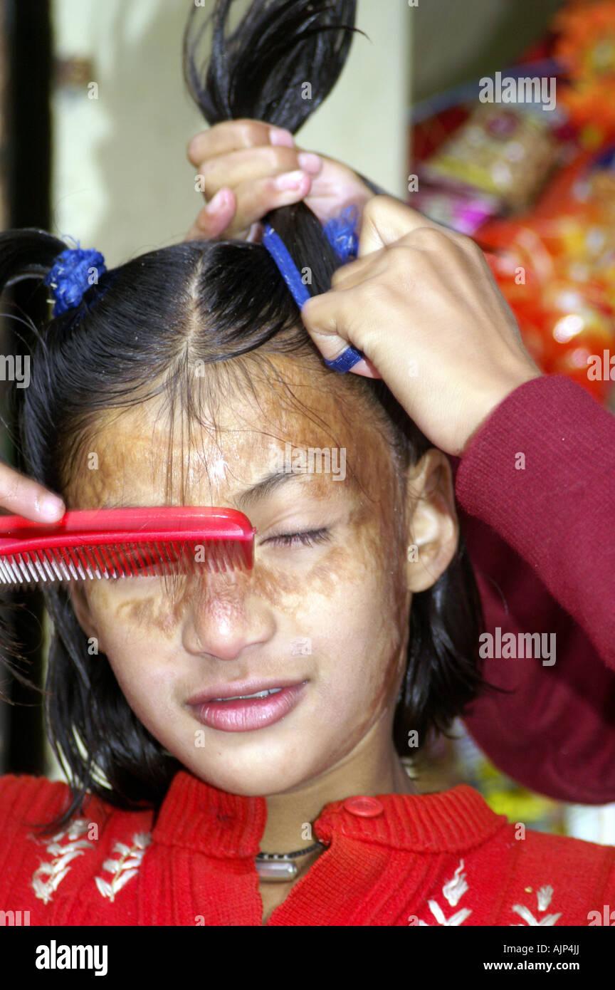 Zwei Indische Mädchen Kinder Frisur Kämmen Haare Zu Tun Indien