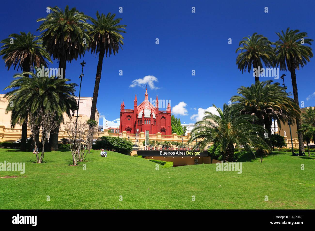 Recoleta Kulturzentrum mit Rasen und Palmen, Buenos Aires, Argentinien Stockbild