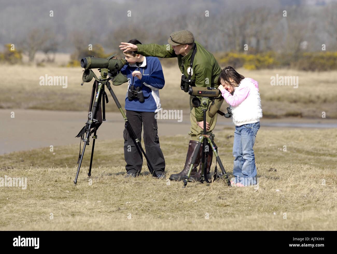 Vogelbeobachtung auf der schottischen Insel ISLAY Mann und Kinder mit dem Fernglas Stockbild