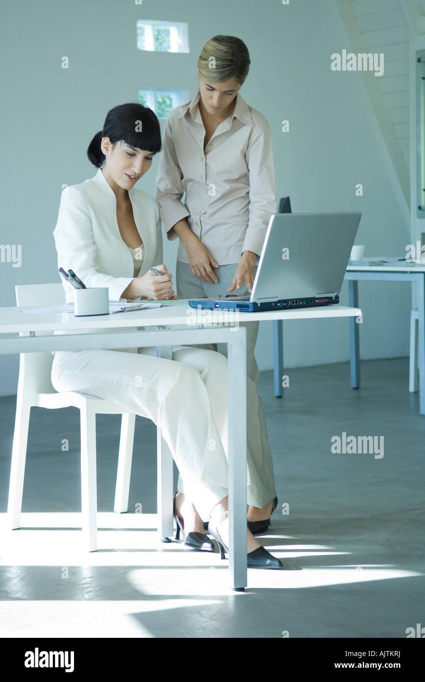 Zwei Junge Unternehmerinnen In Buro Man Sitzt Am Schreibtisch Die