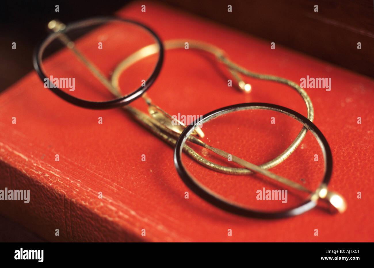 Ein paar Brillen mit runden Linsen und dünne Schildpatt Rahmen und ...