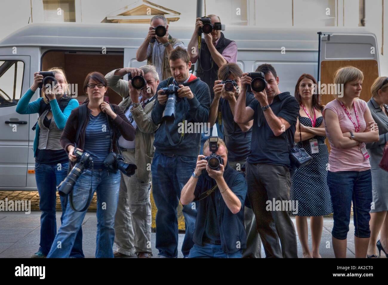Gruppe von Pressefotografen auf Straße Foto-Shooting Stockbild