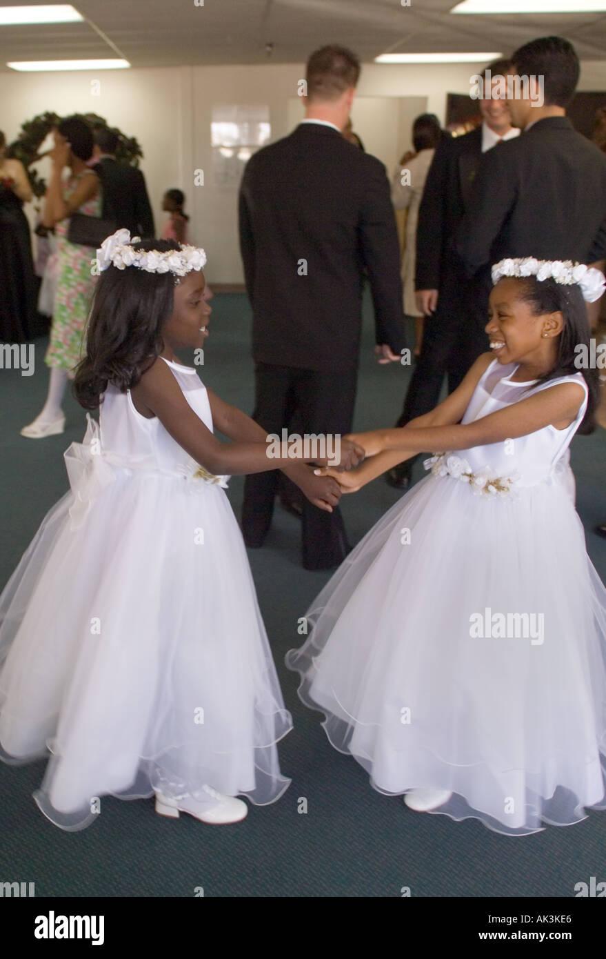 Zwei Afroamerikanische Blumenmadchen Spielen Nach Der Teilnahme An