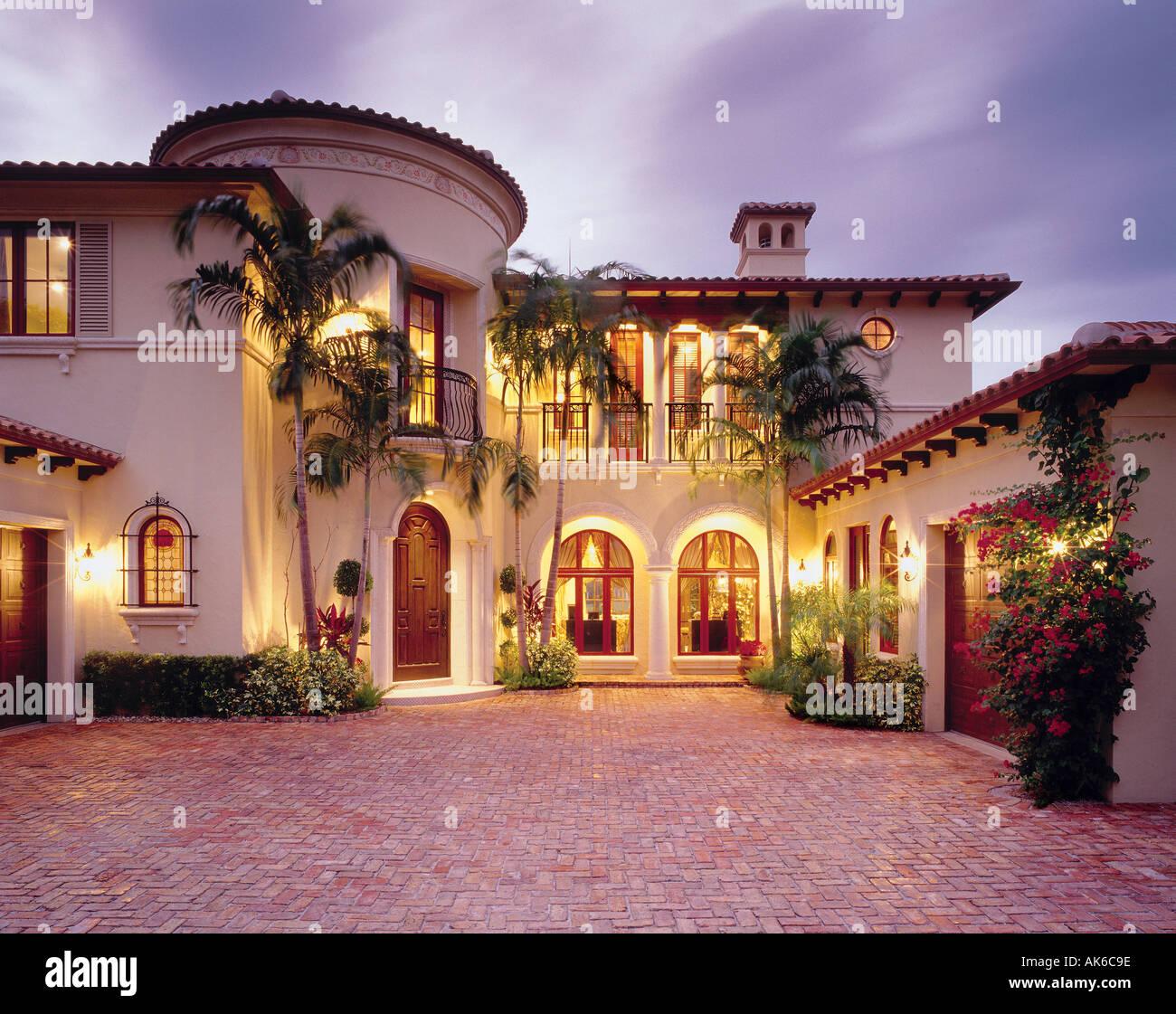 Mediterranes Einfamilienhaus mit Backstein Innenhof in Boca Raton, Florida. Funktionen Bougainvillea Pflanzen und Palmen. Stockbild